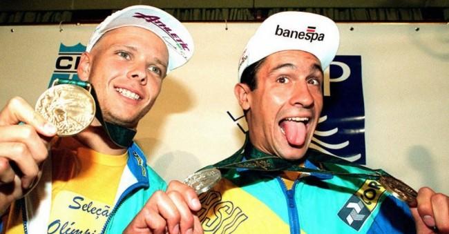 fernando-scherer-e-e-gustavo-borges-mostram-as-medalhas-conquistadas-por-eles-nos-jogos-olimpicos-de-atlanta-1996-1338411292159_956x500